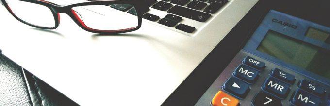 achter de laptop bedenken welke finciering het beste is voor uw bedrijf
